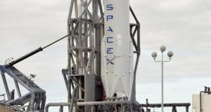 Ракета компании SpaceX совершает историческую вертикальную посадку