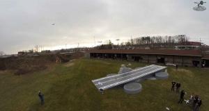 Беспилотник-авианосец запускает с себя модели аэропланов