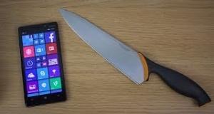 Тестируем прочность дисплея Nokia Lumia 930 ножом