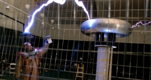 "СES 2012: ""молниеносное"" шоу от IoSafe с трансформатором Тесла и суперпрочным Rugged Portable Hard Drive"