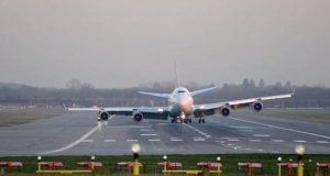 Реактивный лайнер Boeing 747 приземляется без части шасси