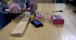 Nokia Lumia 900 - забивай экраном гвозди!