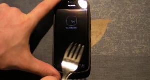 Nokia 808 PureView - агрессивный тест защитного стекла экрана