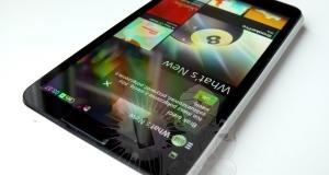 Непредставленная Sony Xperia E4 позирует рядом с Xperia Z1 Compact (фотогалерея)