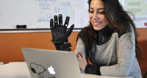 Тактильні рукавиці Flex-N-Feel допоможуть відчути людину на відстані