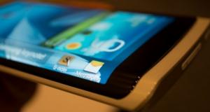 Samsung тестирует смартфон с трехсторонним дисплеем