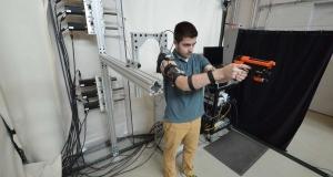 Новый экзоскелет помогает стрелять точнее