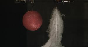 Как перо и шар для боулинга могут падать с одной скоростью?