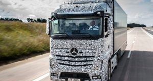 Полуавтономная фура от Mercedes позволит водителю отдохнуть за рулем