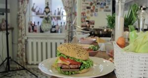 Видео дня: смартфон Xperia Z3 пожарили вместе с мясом для бургера