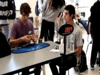 Новый рекорд: подросток собрал Кубик Рубика за 5.25 секунды