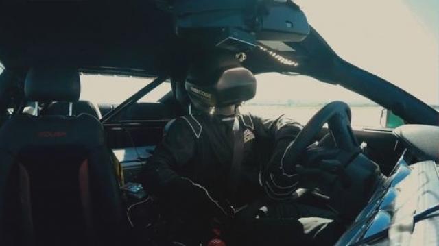 Гонщик ведет настоящую машину через виртуальный мир в Oculus Rift
