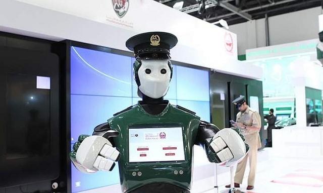 Перший у світі робот-поліцейський на вулицях Дубая