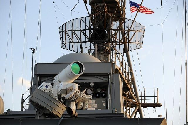 Лазерное оружие ВМС США прошло испытание боем, подорвав лодку и маленький самолет (видео)