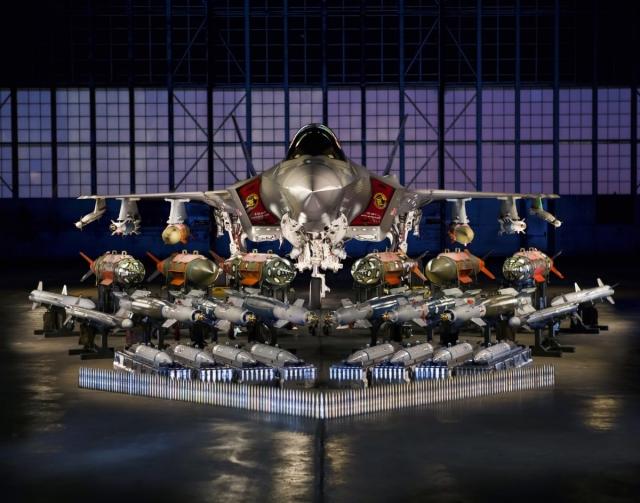 Истребитель-бомбардировщик F-35 – самая дорогая военная система и все её вооружение на одном фото