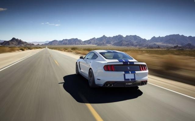 Новые фото Shelby GT350 Mustang показали автомобиль в движении