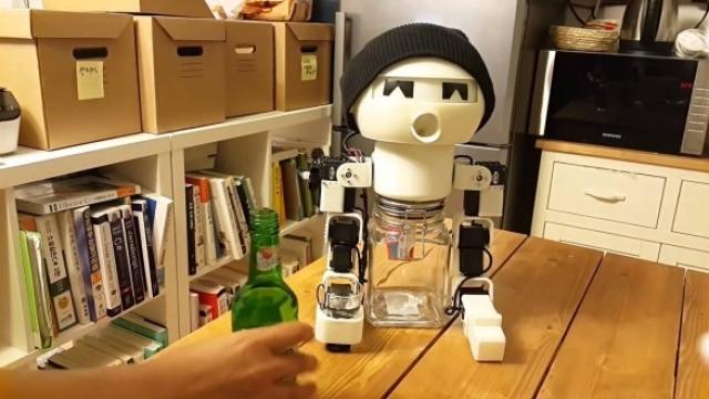Робот-товaриш пo чaрцi «Rоbоt Drіnky»