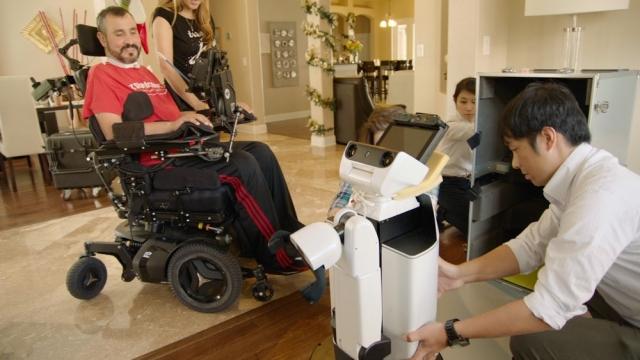 Робот від Toyota допомагає ветерану із США (відео)