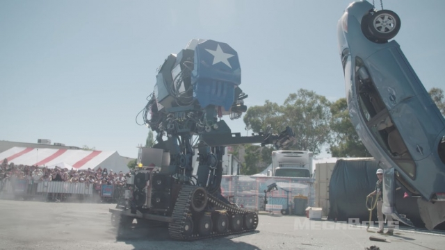 Величезний бойовий робот MegaBots розтрощив автомобіль (відео)
