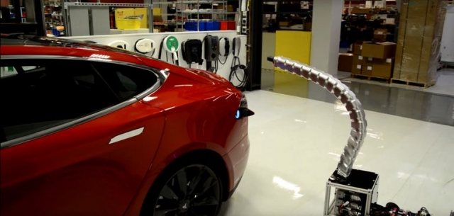 Змеевидный робот-зарядка для автомобилей Model S от Tesla