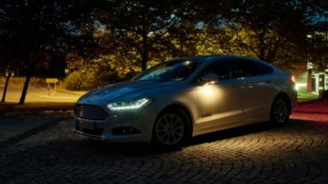 GPS от Ford направляет фары на темные повороты дороги
