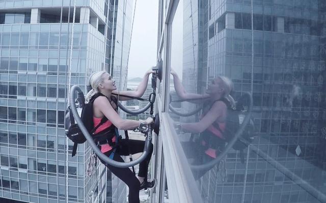 Альпинистка взобралась на здание с помощью … ПЫЛЕСОСА