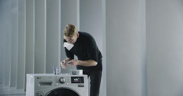 Новый рекорд Гиннеса: карточный домик на работающей стиральной машине