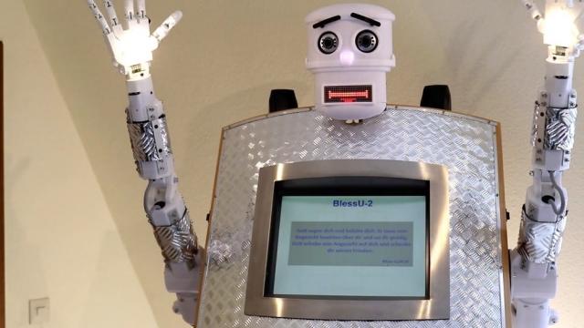 Перший у світі робот-священник благословляє та читає Біблію (відео)