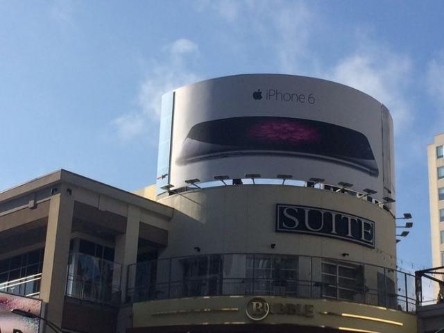 Наружная реклама iPhone 6 тоже продвигает гнутые i-гаджеты