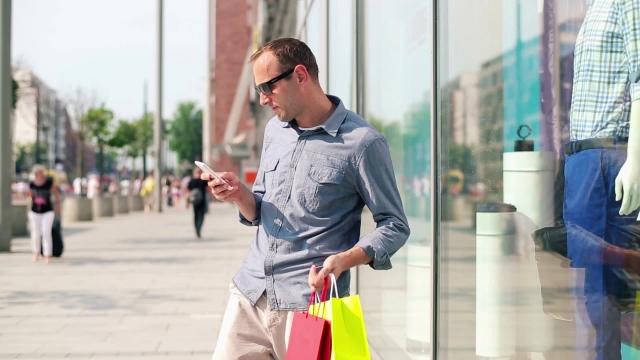 Результаты нового соцопроса показали, зачем мужчинам смартфоны