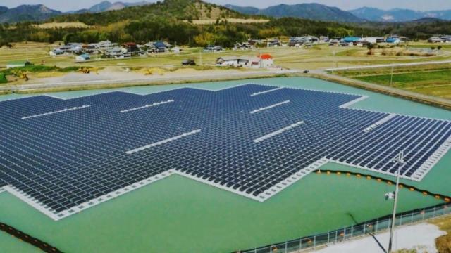 В Японии завершилось строительство двух плавающих солнечных электростанций