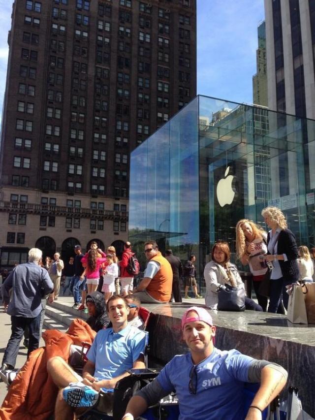 Apple Store уже начали собирать очереди за iPhone 5S и iPhone 5C