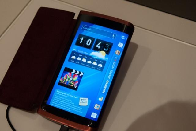 Samsung представит первый смартфон с изогнутым дисплеем в следующем месяце