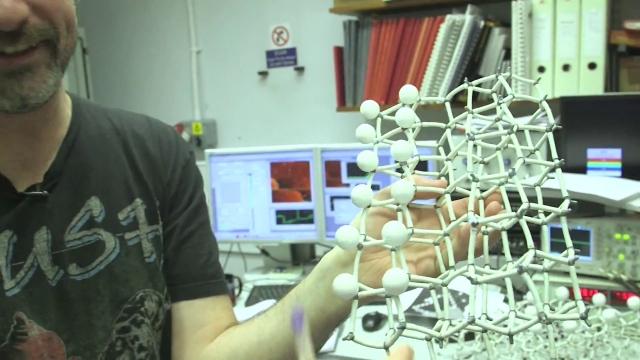 Самая маленькая новогодняя елка из 42 атомов (видео)