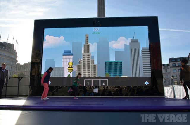 Microsoft установила огромный прототип планшета Surface в центре Лондона