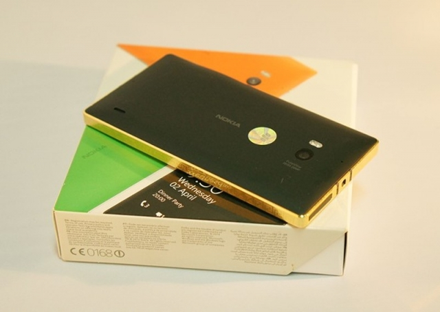 В продажу поступил первый позолоченный флагман Lumia 930