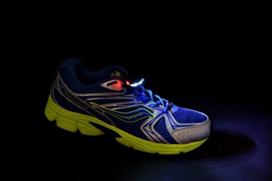 Обувные огни Night Runner Shoe Lights освещают дорогу в темноте
