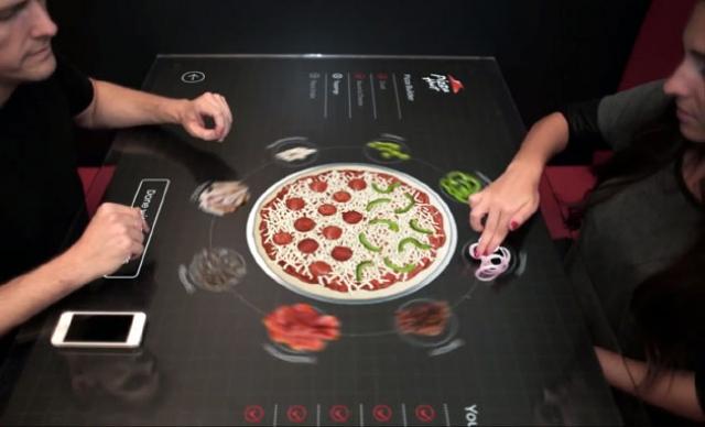 Сенсорный стол в пиццерии поможет создать идеальное блюдо