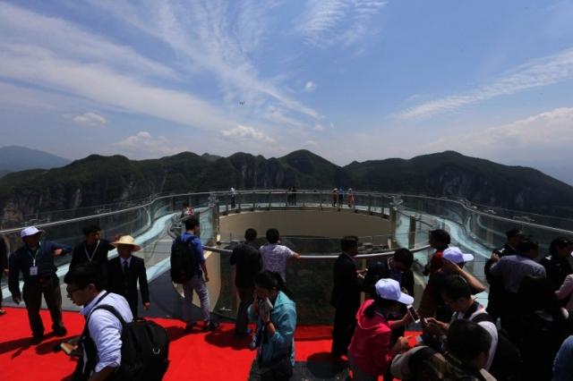 Самый длинный в мире прозрачный скайволк открылся в Китае
