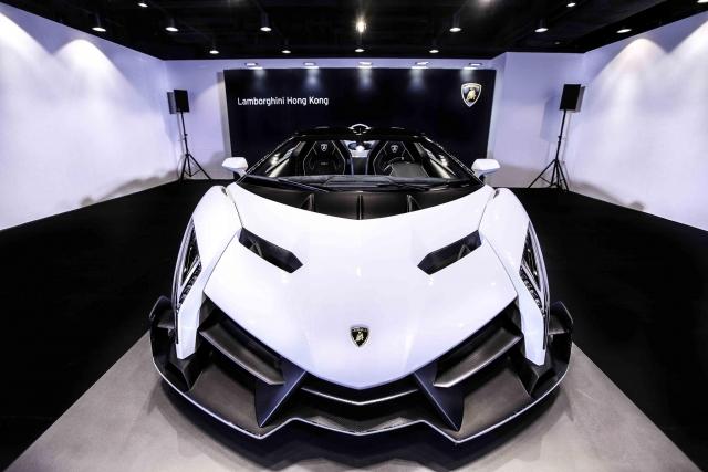 Первый взгляд на 1 из 9 родстеров Lamborghini Veneno: белый