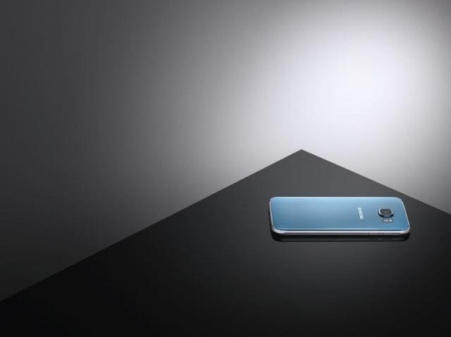 Голубой Galaxy S6 цвета «Голубой топаз» и зеленый Galaxy S6 edge