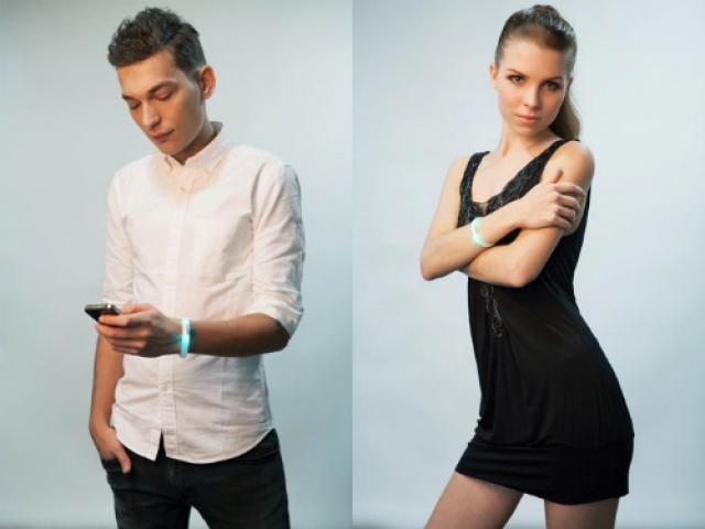 Светящийся браслет EMBRACE+ расскажет о звонках, приходе почты и SMS