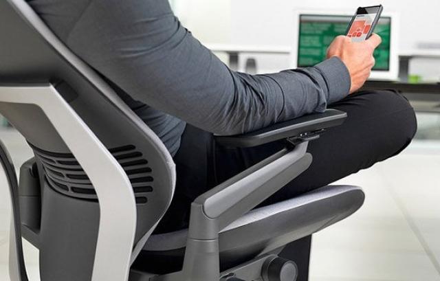 Steelcase создала кресло для работы с планшетами и смартфонами