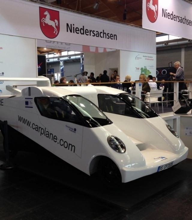 Машина-самолет с двойным фюзеляжем Carplane впервые представлена публике