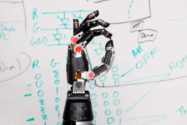 Привкус будущего: пациент управляет двумя бионическими протезами рук одновременно