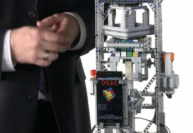Huawei Ascend P6 помогает машине Lego Mindstorms собрать кубик-рубик