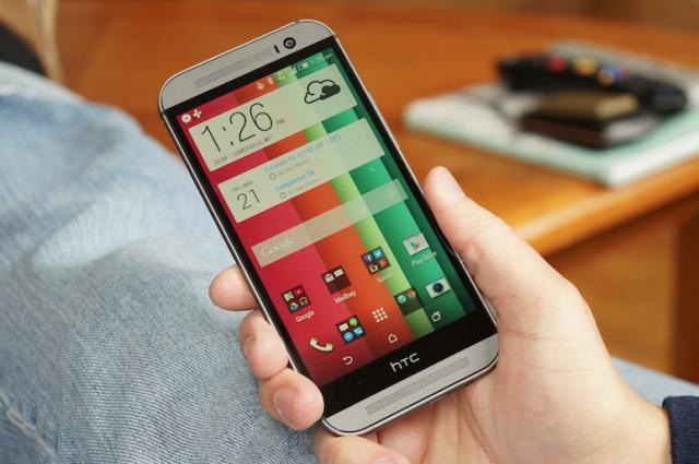 HTC объяснила, зачем нужна черная полоска под дисплеем One M8