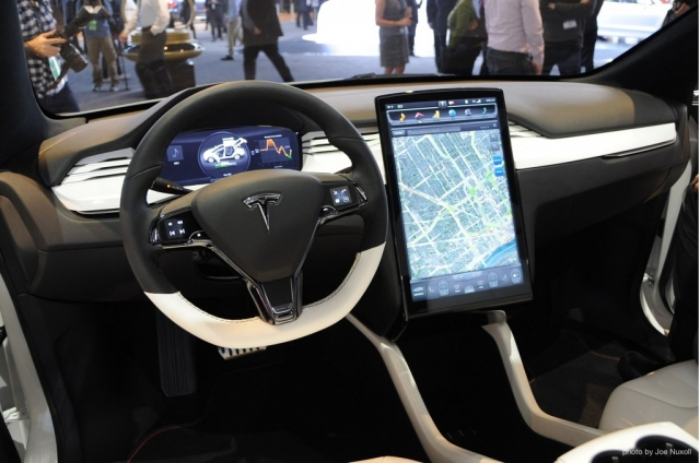 Tesla Model X стала внезапным гостем CES 2015: видеотур