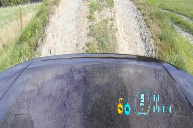 Рентгеновское зрение Land Rover позволяет смотреть на дорогу сквозь капот, во время езды по бездорожью или скалистым утесам