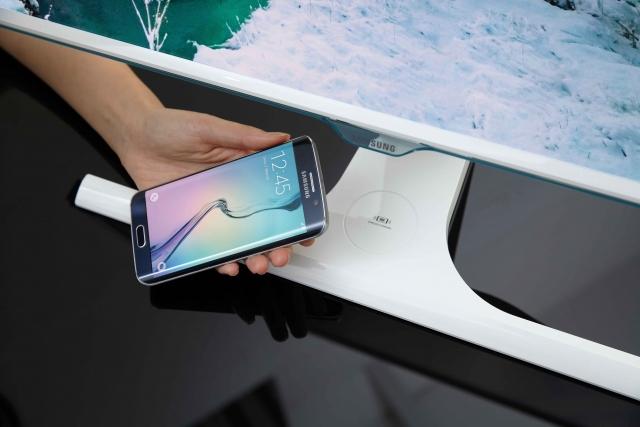 Samsung представляет первый в мире монитор со встроенным модулем беспроводной зарядки